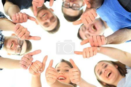Foto de Concepto de amistad, jóvenes y personas - grupo de adolescentes sonrientes con las manos uno encima del otro - Imagen libre de derechos