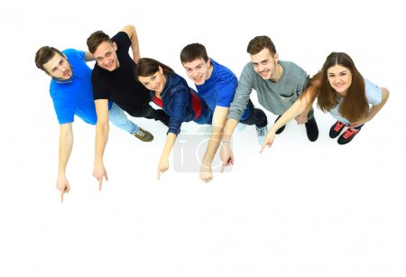 Photo pour Groupe de jeunes pointant du doigt quelque chose - image libre de droit