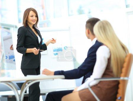 Photo pour Présentation d'entreprise dans un bureau moderne - image libre de droit