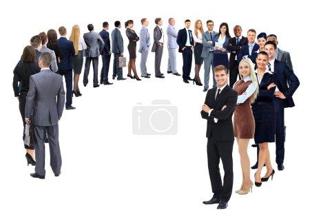 Unternehmensgruppe steht isoliert vor weißem Hintergrund im Kreis