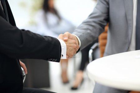 Photo pour Gens d'affaires se serrant la main lors d'une réunion - image libre de droit