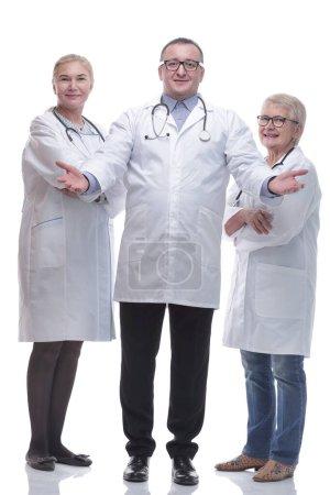 Photo pour En pleine croissance. des collègues médicaux souriants qui vous regardent. isolé sur un fond blanc - image libre de droit