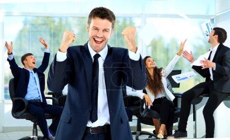 Photo pour Jeune homme heureux dans le contexte de l'équipe de joie - image libre de droit
