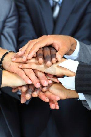 Photo pour Concept de travail d'équipe. joindre les mains des gens d'affaires. - image libre de droit
