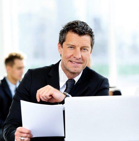 Photo pour Pessoas de negócios, tendo a reunião ao redor da mesa no escritório moderno - image libre de droit