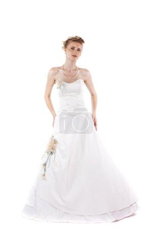 Photo pour Portrait de pleine longueur de mariée magnifique portant la robe de mariée sur fond blanc isolé - image libre de droit