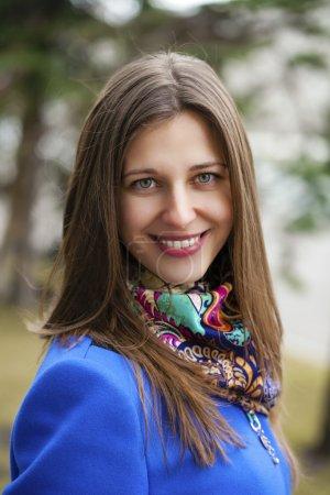 Photo pour Portrait gros plan de jeune belle femme brune, sur fond de rue printanière - image libre de droit