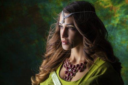 Portrait de femme indienne belle mode avec accessoire oriental