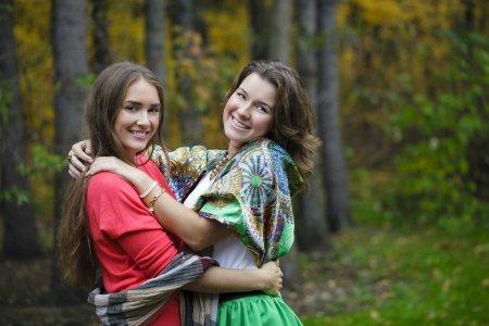 Photo pour Deux jeunes belles femmes, sur fond jaune automne nature - image libre de droit
