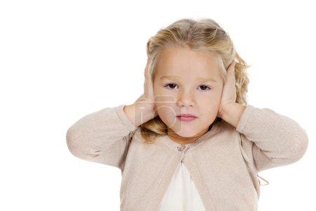Photo pour Portrait de belle petite fille ne veut pas entendre - image libre de droit
