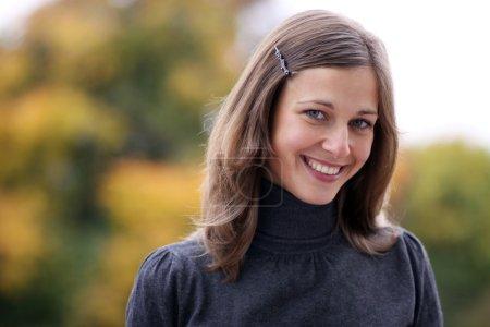 Photo pour Gros plan portrait d'une jeune femme heureuse souriante - image libre de droit