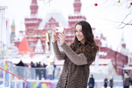Photo pour Touristique de belle jeune femme prenant des photos sur téléphone mobile sur le fond de la place rouge, Kremlin, Moscou - image libre de droit