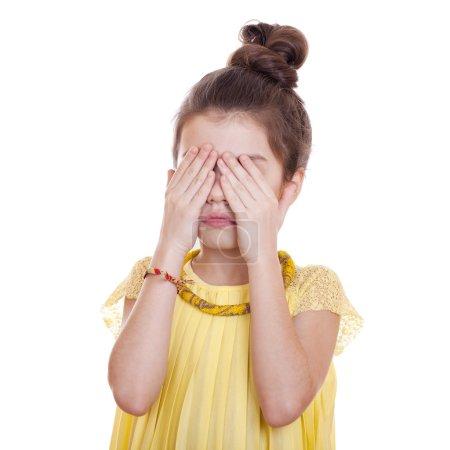 Photo pour Voir No Evil, Hear No Evil, ne rien dire, Portrait de belle petite fille, studio sur fond blanc - image libre de droit