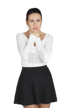 Morena joven mujer sufre de dolor de garganta. Todo en la espalda blanca