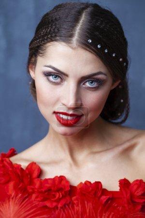 Photo pour Femme Sexy danseuse de flamenco espagnole traditionnelle dansant dans une robe rouge - image libre de droit
