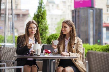Photo pour Deux femmes d'affaires jeune déjeunant briser ensemble dans un café-restaurant - image libre de droit