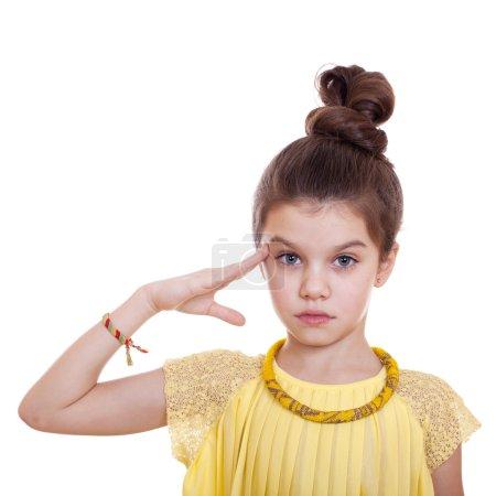 Photo pour Saluts de l'adolescent, sa main sur sa tête, studio sur fond blanc - image libre de droit