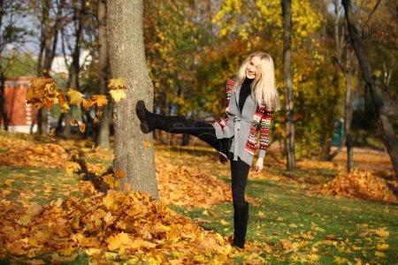 Photo pour Portrait gros plan de jeune belle femme, sur fond parc d'automne - image libre de droit