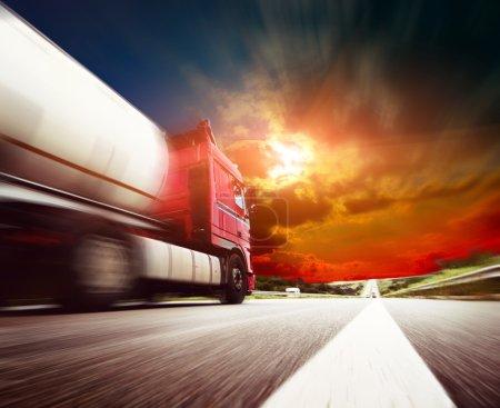 Photo pour Semi camion en mouvement. Camion de vitesse sur l'autoroute. Concept d'entreprise du camionnage - image libre de droit