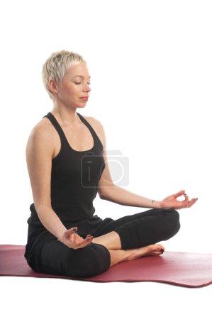 Photo pour Série de yoga : jeune femme dans une pose d'yoga facile (Sukhasana) sur blanc isolé - image libre de droit
