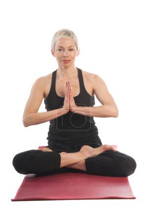 Photo pour Série de yoga : jeune femme en posture de Lotus Padmasana avec les mains en Namaste isolé sur fond blanc - image libre de droit