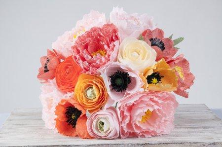 Photo pour PAPIER ART FLORAL. Papier décoratif fait à la main coquelicots iceland avec des fleurs d'anémone et pivoines - image libre de droit