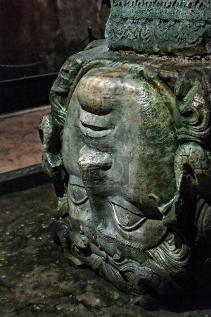 Photo pour Gorgone Méduse. La citerne de la basilique est le plus grand de plusieurs centaines de réservoirs d'eau anciens. Citerne d'eau souterraine de Yerebatan montrant le support de colonne de tête de Méduse . - image libre de droit
