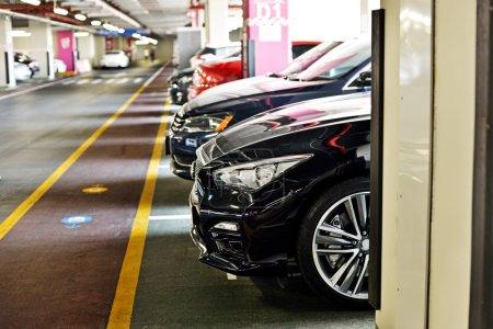 Photo pour Zone de stationnement souterrain, plein de voitures - image libre de droit