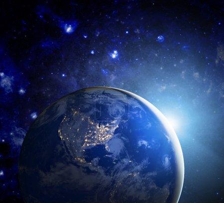 Photo pour Terre dans le cosmos et le soleil. Éléments de cette image fournie par la Nasa - image libre de droit