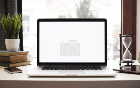 Photo pour Ordinateur portable et autres appareils électroniques sur l'espace de travail - image libre de droit