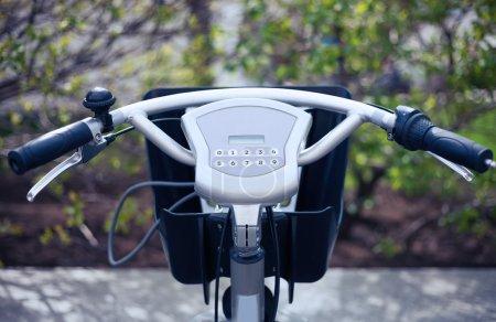 Photo pour Location de vélos lieu de ramassage dans la ville. Excellente façon de faire du vélo pour un tour pour pas cher. Payez par carte de crédit et utilisez l'ordinateur terminal sur le guidon pour prendre le véhicule stationné. Technologie de transport urbain facile et saine - image libre de droit