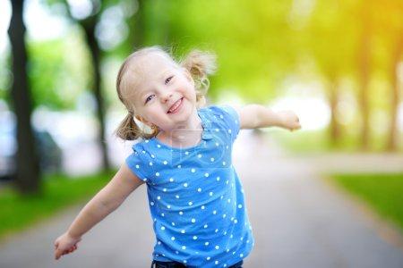 Photo pour Portrait de adorable petite fille en plein air sur une journée d'été chaude et ensoleillée - image libre de droit