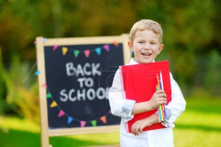 Photo pour Adorable petit garçon, se sentant très est sorti sur la rentrée scolaire - image libre de droit
