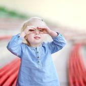 Malá dívka směřují dalekohled