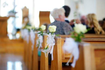 Photo pour Belle décoration de mariage de fleurs dans une église pendant la cérémonie de mariage catholique - image libre de droit