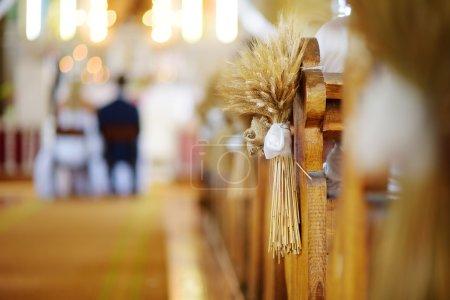 Photo pour Belle décoration de mariage de seigle eas dans une église lors de la cérémonie de mariage catholique - image libre de droit