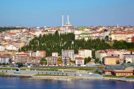 Photo pour La vue du point de vue sur la colline de Pierre Loti au quartier de Golden Horn et Sutluce à Istanbul, Turquie - image libre de droit