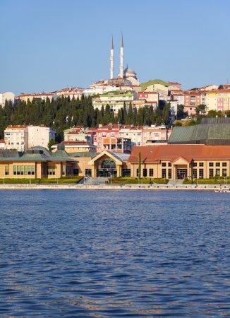 Photo pour La vue de la colline de Pierre Loti à la rive orientale de la Corne d'Or avec le Centre de culture et de congrès Sutluce et la mosquée Bademlik au sommet de la colline, Istanbul, Turquie - image libre de droit