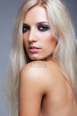 Photo pour Blonde jeune femme sur fond gris - image libre de droit