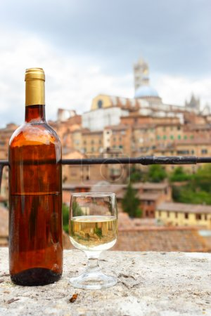 Photo pour Verre et bouteille de vin blanc toscan local, Sienne, Italie - image libre de droit