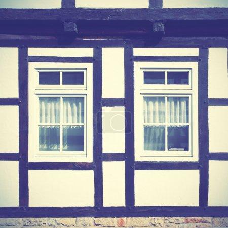 Photo pour Fenêtres de vieux bois charpente maison, Allemagne. Style rétro filtré - image libre de droit