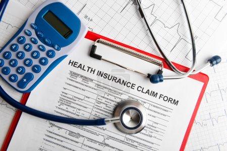 Photo pour Formulaire d'assurance maladie avec le concept de stéthoscope pour la planification de la vie - image libre de droit