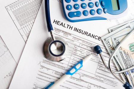Photo pour Coût des soins de santé. Symbole du stéthoscope et de la calculatrice pour les coûts des soins de santé ou l'assurance médicale - image libre de droit