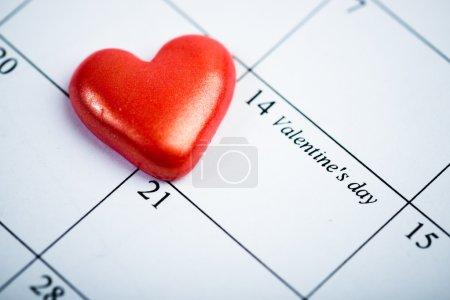Página del calendario con el corazón rojo