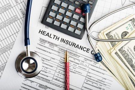 Foto de Símbolo estetoscopio y calculadora para los costos de salud o seguro médico - Imagen libre de derechos
