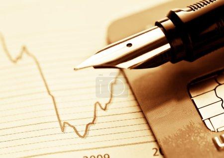 Photo pour Carte de crédit avec graphique et stylo, fond de l'entreprise - image libre de droit