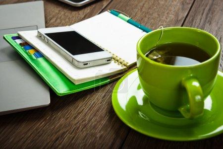 Photo pour Bureau avec ordinateur portable, tablet pc, stylo, smartphone et tasse de thé. - image libre de droit