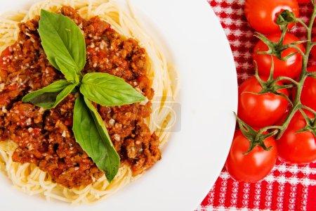 Photo pour Pâtes avec sauce tomate et basilic, nourriture. Cuisine italienne - image libre de droit