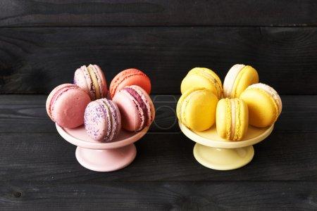 Photo pour Macarons Français délicieux dessert sur la table - image libre de droit