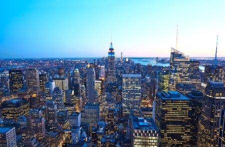 Photo pour Vue du paysage urbain de manhattan avec état empire building, new york city, usa pendant la nuit - image libre de droit